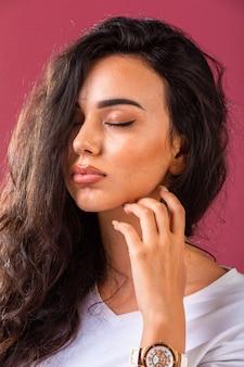 Jovem modelo em maquiagem bronzeada de verão.