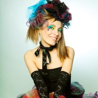 Jovem modelo em vestido de carnaval com maquiagem criativa. estilo de boneca.