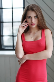 Jovem modelo em vestido vermelho bodycon