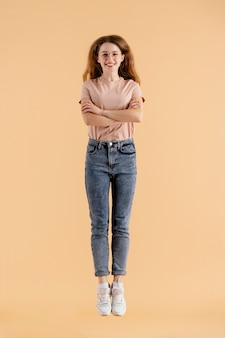 Jovem modelo feminina pulando