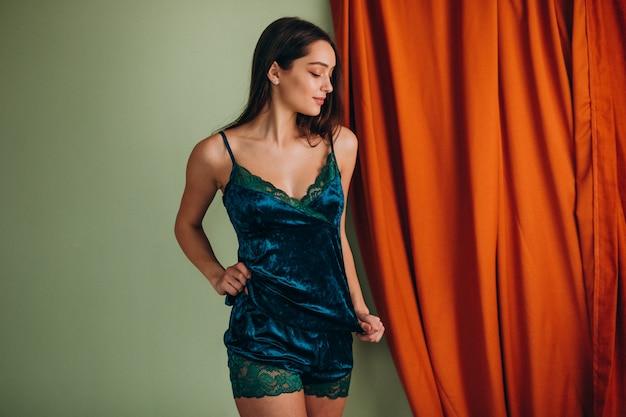 Jovem modelo feminino em roupa interior para dormir