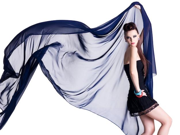 Jovem modelo glamour com motion chiffon - parede branca