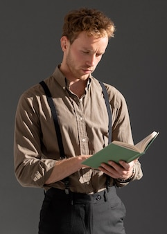 Jovem modelo masculino lendo a vista frontal