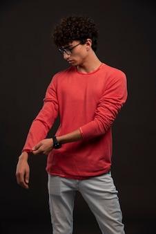 Jovem modelo posando de camisa vermelha.