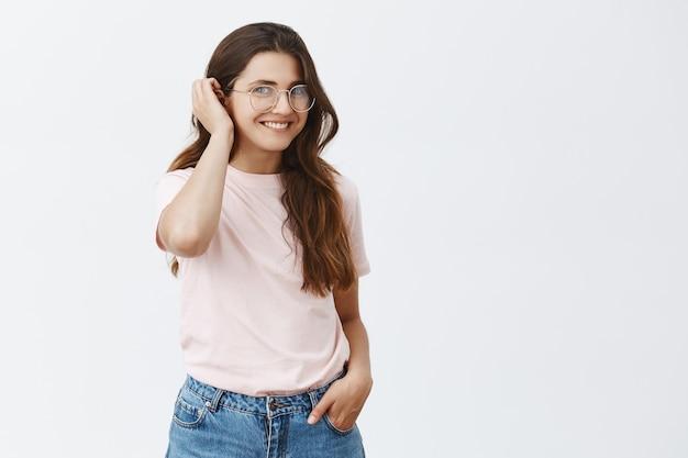 Jovem morena atraente com óculos posando