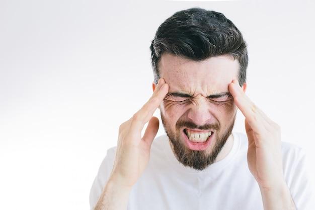 Jovem morena barbudo sofre de forte dor de cabeça