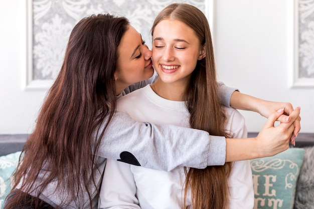 Jovem morena beijando sua namorada