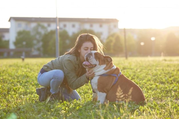 Jovem morena brincar com seu bulldog britânico
