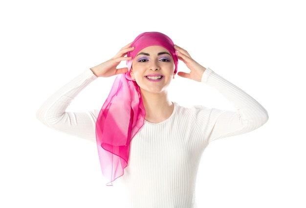 Jovem morena com lenço rosa na cabeça isolado