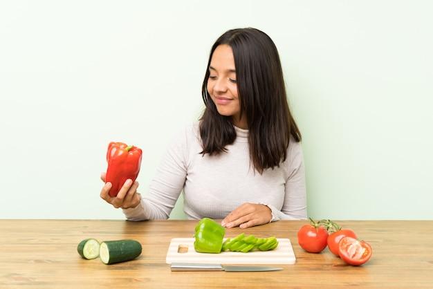 Jovem morena com muitos legumes