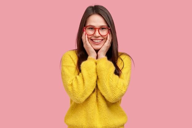Jovem morena com suéter amarelo