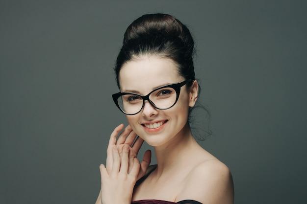 Jovem morena de óculos, retrato