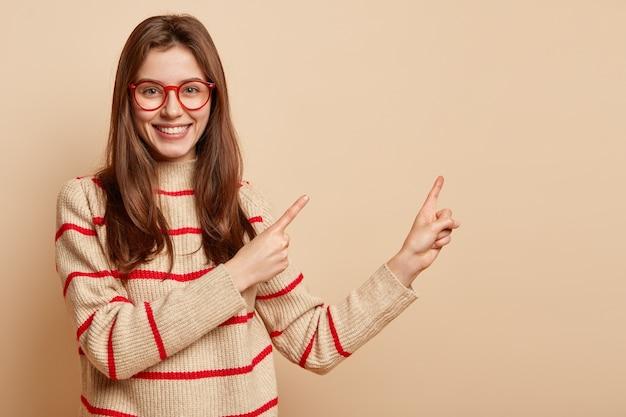 Jovem morena de óculos vermelhos