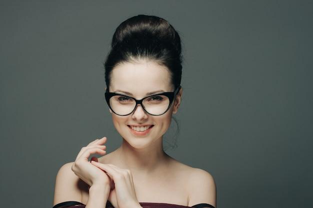 Jovem morena de óculos