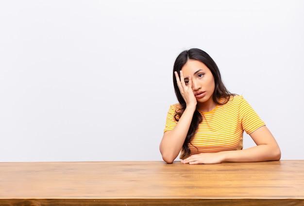 Jovem morena em uma mesa se sentindo entediado e frustrado