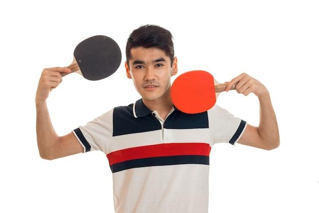 Jovem morena praticando esportes jogando pingue-pongue, isolado no fundo branco Foto Premium