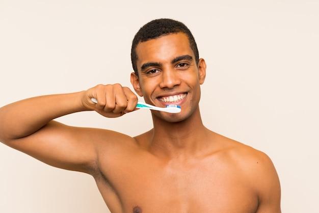 Jovem moreno bonito, escovando os dentes