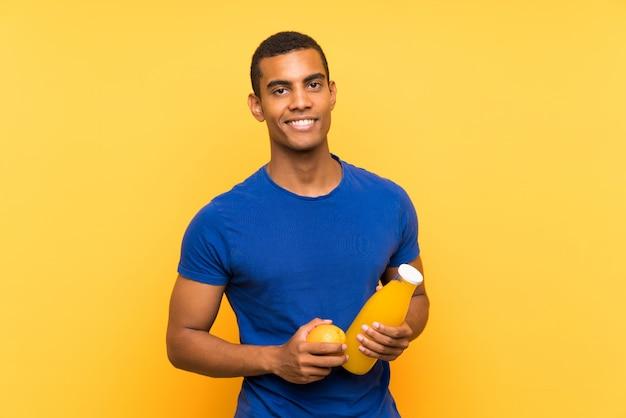 Jovem moreno bonito segurando uma laranja