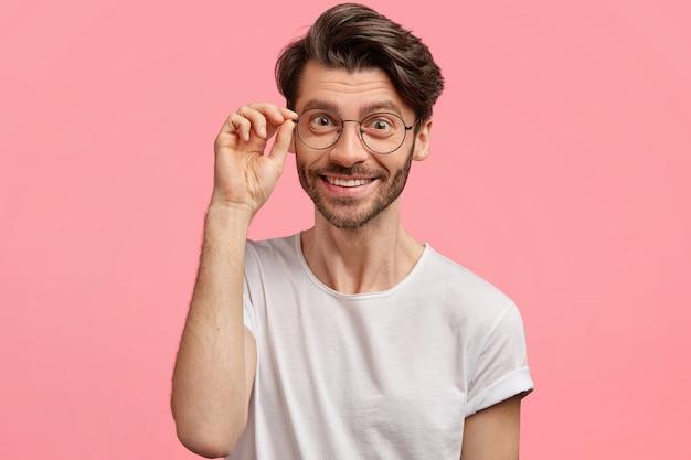Jovem moreno usando óculos da moda Foto gratuita