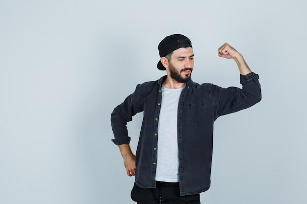 Jovem mostrando músculos