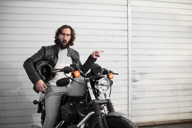Jovem motociclista em sua bicicleta vintage
