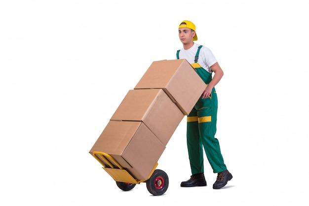 Jovem, movendo caixas com carrinho isolado no branco