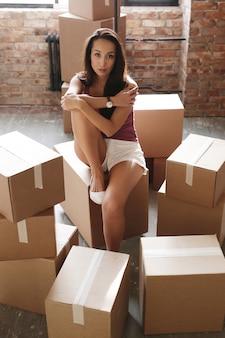 Jovem, movendo-se em seu novo apartamento
