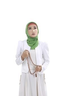 Jovem, muçulmano, mulher, segurando, oração, contas