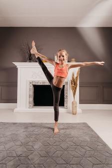 Jovem muito flexível fazendo yoga