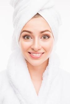 Jovem muito fofa com uma toalha na cabeça
