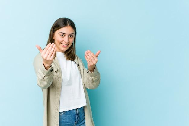 Jovem mulher a apontar com o dedo