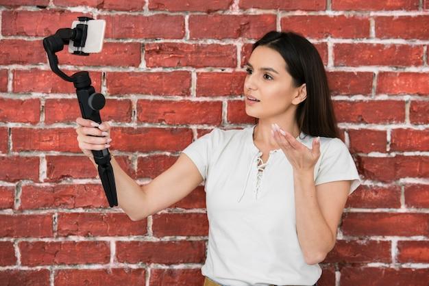 Jovem mulher a gravar um vídeo