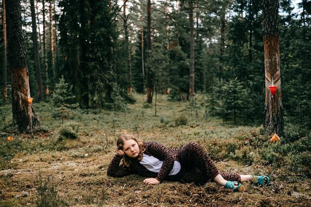 Jovem mulher a posar na floresta