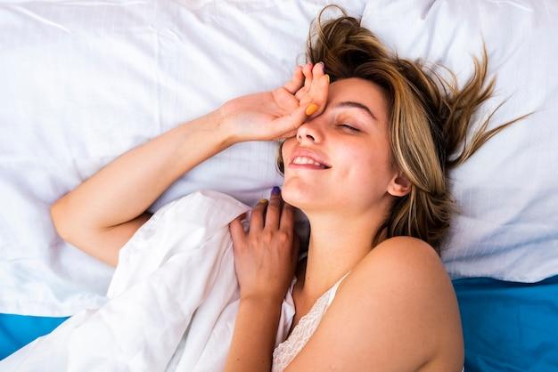 Jovem mulher acordando de manhã