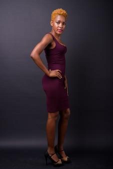 Jovem mulher africana bonita no preto