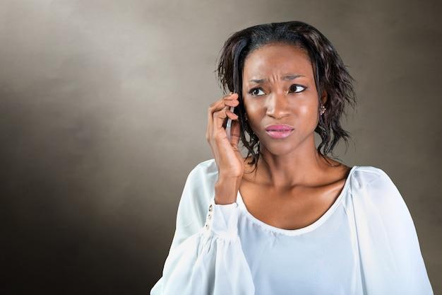 Jovem mulher africana falando ao telefone