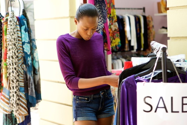 Jovem mulher africana na loja de roupas