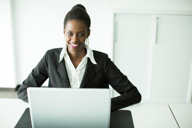 Jovem mulher africana no escritório
