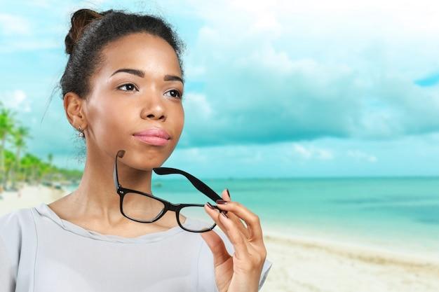 Jovem, mulher africana, segurando, dela, óculos