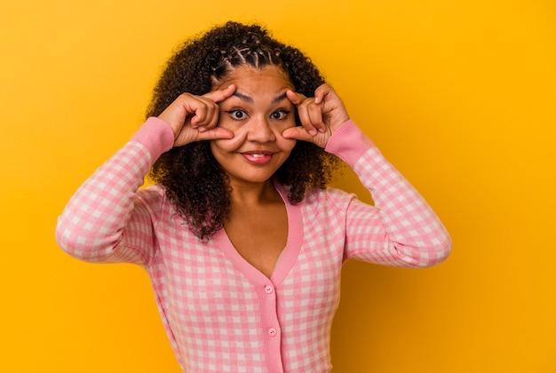 Jovem mulher afro-americana de olhos abertos para encontrar uma oportunidade de sucesso.