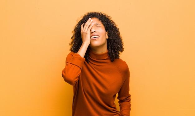 Jovem mulher afro-americana, expressando emoções negativas