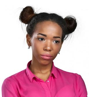 Jovem mulher afro-americana infeliz