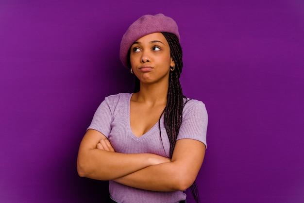 Jovem mulher afro-americana isolada em fundo amarelo jovem mulher afro-americana isolada em fundo amarelo, cansada de uma tarefa repetitiva.
