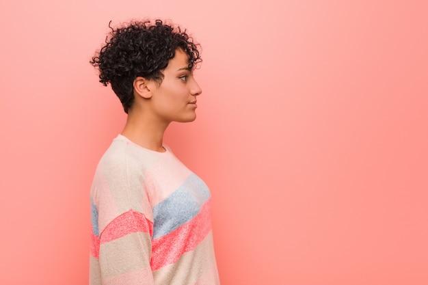 Jovem mulher afro-americana mista adolescente olhando para a esquerda