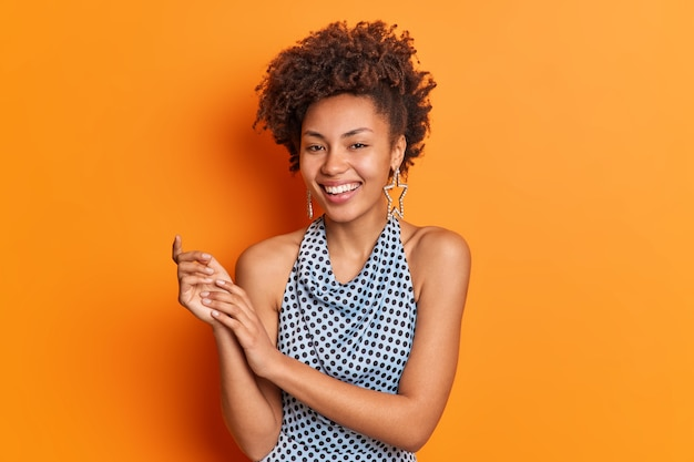 Jovem mulher afro-americana na moda com vestidos de penteado da moda para festa discoteca