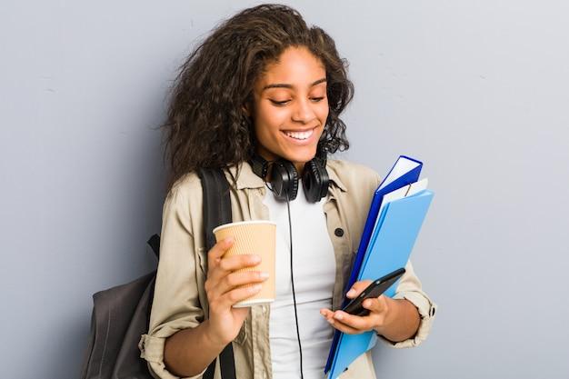Jovem mulher afro-americana pronta para ir para a escola