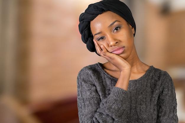 Jovem mulher afro-americana triste infeliz