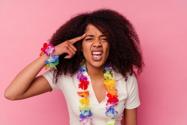 Jovem mulher afro-americana vestindo uma coisa havaiana, mostrando um gesto de decepção com o dedo indicador.