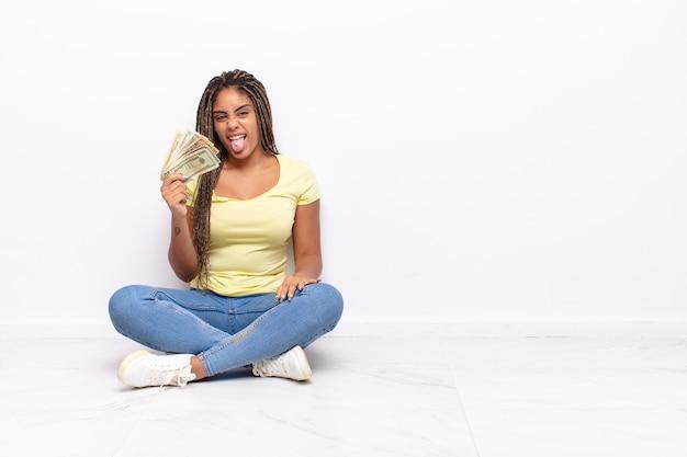 Jovem mulher afro com atitude alegre, despreocupada e rebelde