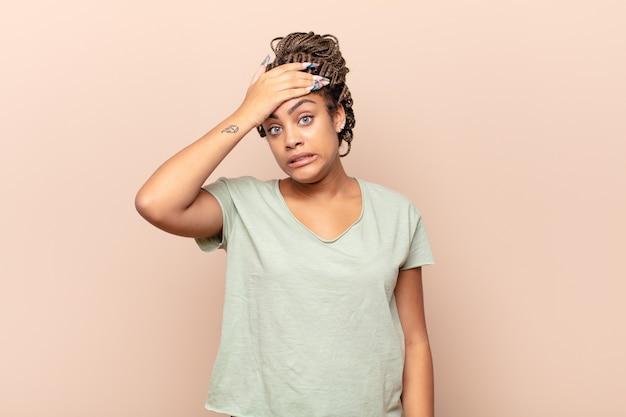 Jovem mulher afro em pânico por causa de um prazo esquecido, sentindo-se estressada, tendo que cobrir uma bagunça ou erro